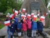 Wyjście pod pomnik z flagami
